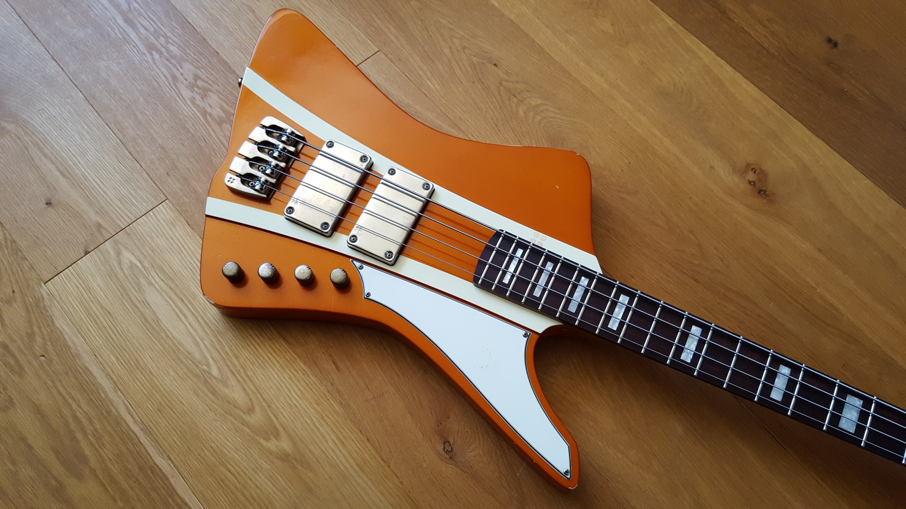 sandberg forty eight bass with reverse headstock classic cool guitars. Black Bedroom Furniture Sets. Home Design Ideas