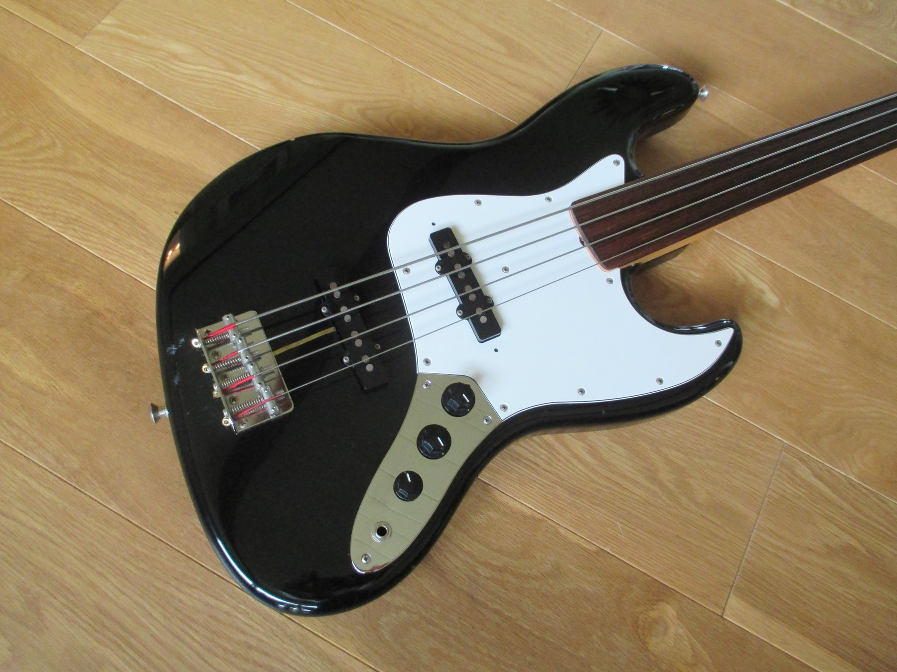 sold 1989 fender mij jazz fretless with hiscox case classic cool guitars. Black Bedroom Furniture Sets. Home Design Ideas