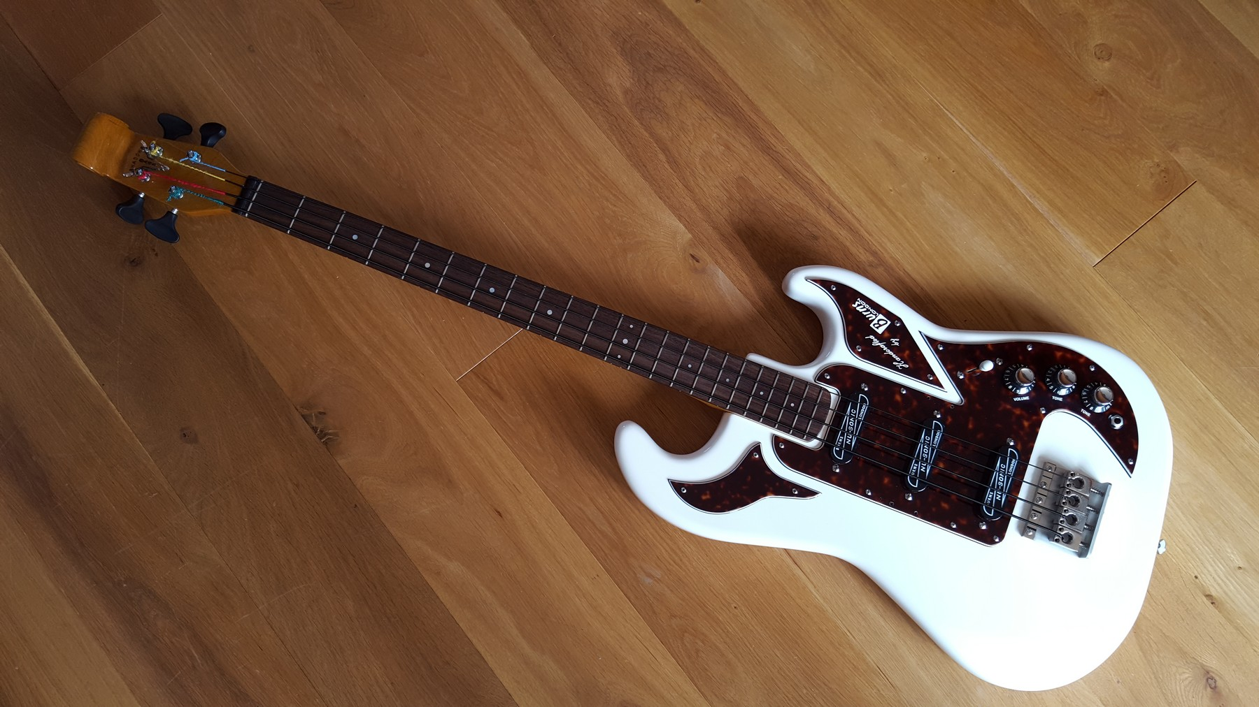 sold burns shadows bass with hard case classic cool guitars. Black Bedroom Furniture Sets. Home Design Ideas