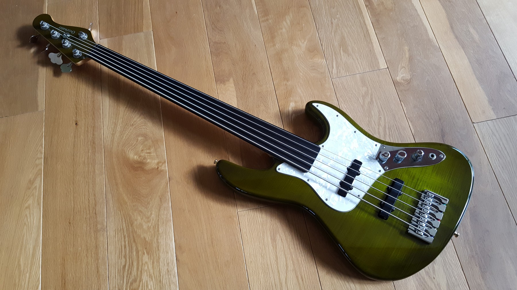 sold overwater 5 string fretless bass with hard case classic cool guitars. Black Bedroom Furniture Sets. Home Design Ideas